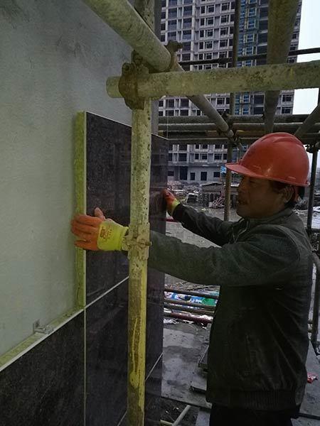 工人正在安装保温板